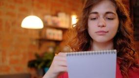 Mujer creativa de la forma de vida del artista que bosqueja el café almacen de video