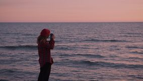 Mujer creativa del freelancer del fotógrafo en la playa metrajes