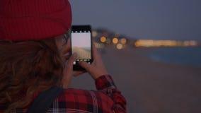 Mujer creativa del freelancer del fotógrafo en la playa almacen de video