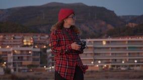 Mujer creativa del freelancer del fotógrafo en la playa almacen de metraje de vídeo