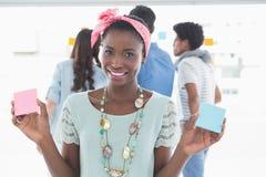 Mujer creativa joven que muestra tarjetas fotografía de archivo libre de regalías