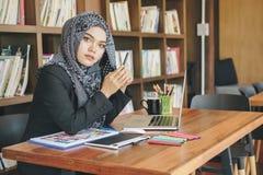 Mujer creativa musulmán joven atractiva del diseñador imagen de archivo