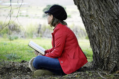 Mujer cristiana joven que medita palabra de dioses en alabanza y la adoración foto de archivo libre de regalías