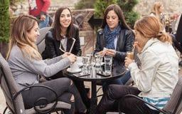 Mujer cuatro que goza en café en día soleado hermoso Foto de archivo libre de regalías