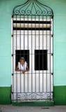 Mujer cubana en la ventana Imagen de archivo libre de regalías