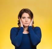 Mujer, cubriendo los oídos No oiga ningún concepto malvado Fotografía de archivo