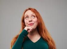 Mujer curiosa que piensa mientras que mira hacia arriba Fotos de archivo