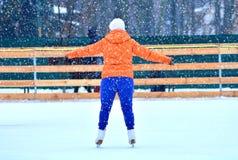 Mujer Curvaceous en una pista de patinaje fotos de archivo libres de regalías