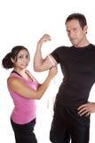 Mujer dada una sacudida eléctrica al medir sirve el brazo Foto de archivo