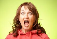 Mujer dada una sacudida eléctrica de griterío Fotos de archivo libres de regalías