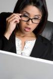 Mujer dada una sacudida eléctrica de la computadora portátil Imagen de archivo libre de regalías