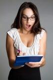 Mujer dada una sacudida eléctrica del talonario de cheques imágenes de archivo libres de regalías