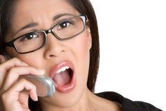 Mujer dada una sacudida eléctrica del teléfono Fotos de archivo libres de regalías