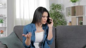 Mujer dada una sacudida eléctrica que habla en el teléfono