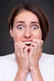 Mujer dada una sacudida eléctrica y de griterío Fotografía de archivo libre de regalías