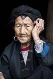 Mujer de 96 años de Hong Yao Ethnic Tribe Imagenes de archivo