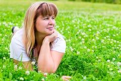 Mujer de 50 años en un prado verde Fotografía de archivo