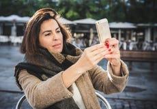 Mujer de 40 años que toma el selfie Imágenes de archivo libres de regalías