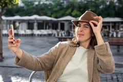 Mujer de 40 años que toma el selfie Foto de archivo libre de regalías
