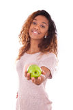 Mujer de Americanyoung del africano que sostiene una manzana verde Fotografía de archivo libre de regalías