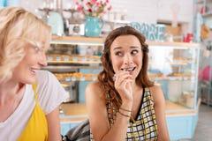 Mujer de anticipación de ojos oscuros que come las salmueras mientras que desayunando imagen de archivo