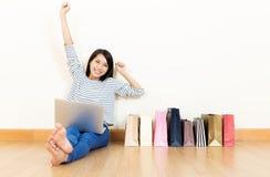 Mujer de Asia emocionada sobre hacer compras en línea Foto de archivo libre de regalías