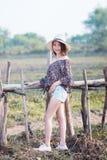 Mujer de Asia en la moda del verano que se coloca en el sol Fotos de archivo