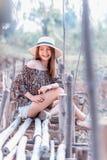 Mujer de Asia en la moda del verano que se sienta en el sol Fotografía de archivo libre de regalías