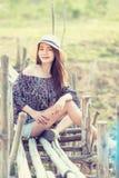 Mujer de Asia en la moda del verano que se sienta en el sol Fotografía de archivo