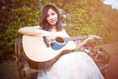 Mujer de Asia que toca la guitarra Fotos de archivo