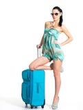 Mujer de ?asual que se coloca con la maleta del viaje Imagenes de archivo