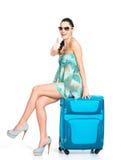 Mujer de ?asual que se coloca con la maleta del viaje Fotos de archivo