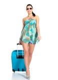 Mujer de ?asual que se coloca con la maleta del viaje Fotos de archivo libres de regalías