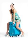 Mujer de ?asual que se coloca con la maleta del viaje Fotografía de archivo