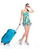 Mujer de ?asual que se coloca con la maleta del viaje Fotografía de archivo libre de regalías