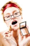 Mujer de Beaury con el lápiz labial y el espejo fotografía de archivo libre de regalías
