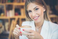 Mujer de Beautuful con la taza de café imagenes de archivo