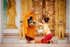 Mujer de Beautuful Laos para dar mérito a los monjes del budismo Este l Fotografía de archivo libre de regalías