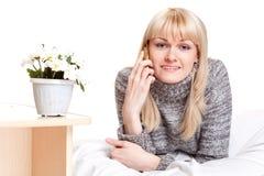 Mujer de Blondie que llama por el teléfono Fotografía de archivo libre de regalías
