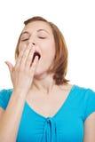 Mujer de bostezo cansada imagen de archivo