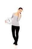 Mujer de bostezo con un reloj Fotos de archivo libres de regalías