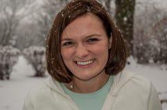 Mujer de Brunutte con nieve en su pelo fotos de archivo