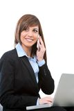 Mujer de Buseness que habla en el teléfono con la computadora portátil. Fotos de archivo libres de regalías