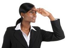Mujer de Busienss que mira lejos con la visión del asunto fotos de archivo