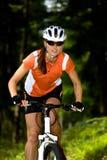 Mujer de ciclo foto de archivo