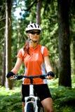 Mujer de ciclo foto de archivo libre de regalías