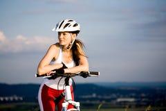 Mujer de ciclo fotografía de archivo libre de regalías