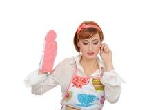 Mujer de cocinar hermosa en guante del delantal y de la cocina Fotos de archivo