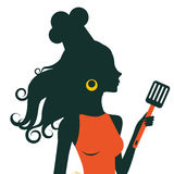 Mujer de cocinar hermosa que sostiene la espátula Foto de archivo libre de regalías