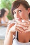 Mujer de consumición al aire libre Imagen de archivo libre de regalías